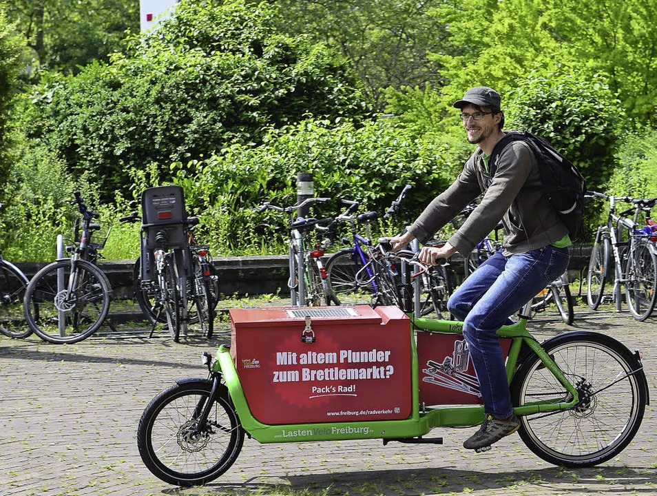 Robert Schneider mit einem der Lastenvelofreiburg-Räder   | Foto: Schneider