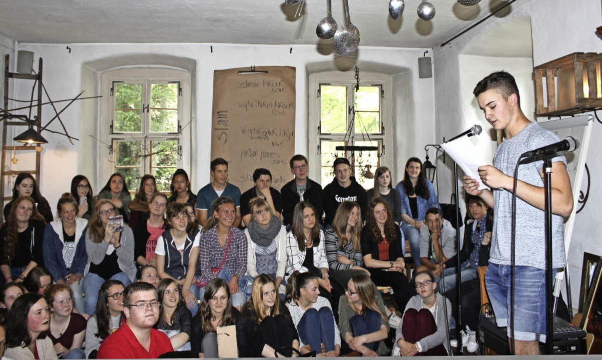 Sebastian Hauser eröffnete den Poetry ...ele Schüler, Lehrer und Eltern kamen.   | Foto: Sarah Beha