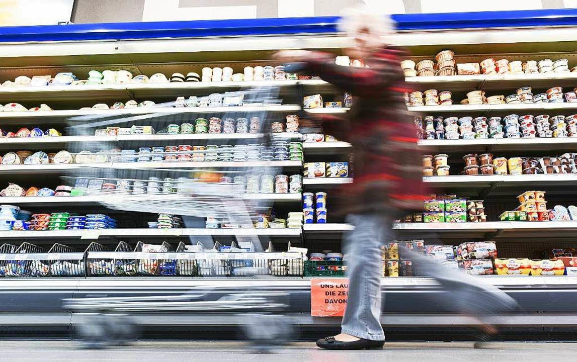 Wer blickt da noch durch? Eine Verbrau...m Kühlregal mit Milchprodukten vorbei.  | Foto: Uwe Anspach
