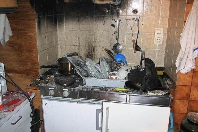 Essen fängt in der Küche Feuer