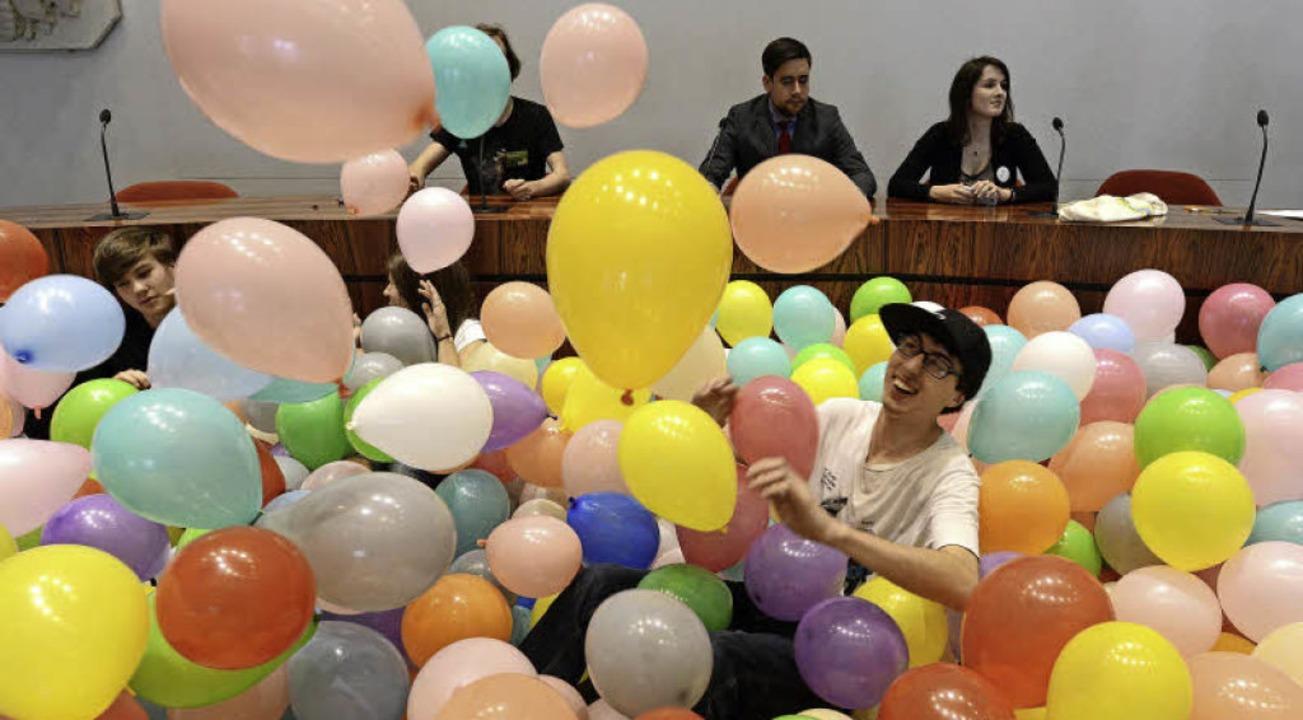 Der Ratssaal wurde zu einer Art XXL-Bä...io Schmidt jedenfalls hat seinen Spaß.  | Foto: Rita Eggstein