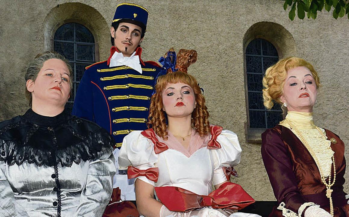 Hauptmann Phöbus mit seiner Verlobten (Mitte)   | Foto: Nicole Fischer