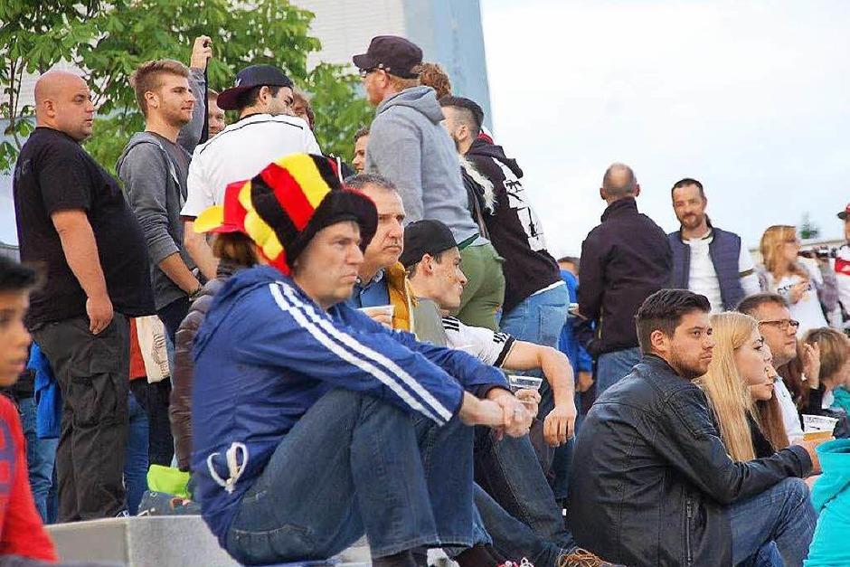 Von gespannt bis entspannt: das Public Viewing von der Fußball-EM in der Murger Mitte (Foto: Hildegard Siebold)