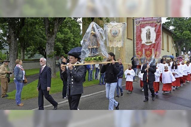 Reiterprozession zwischen Kirchplatz und St.-Eulogius-Kapelle mit Pferdesegnung, Markt und Musik
