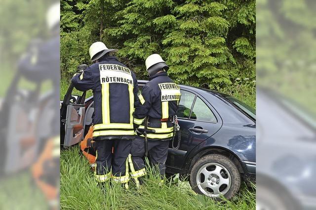 Mercedes-Fahrer verliert im Rötenbacher Wald die Kontrolle über sein Fahrzeug