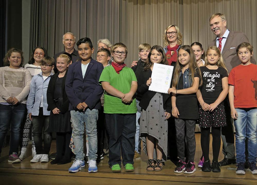 Die Klasse 4a der Gerhard-Jung-Schule ... bei der Verleihung der Mundartpreise   | Foto: privat