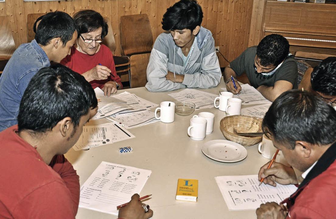 Begegnung, Erfahrungsaustausch und Ler... Flüchtlinge mit Breisachern zusammen.  | Foto: Kai Kricheldorff