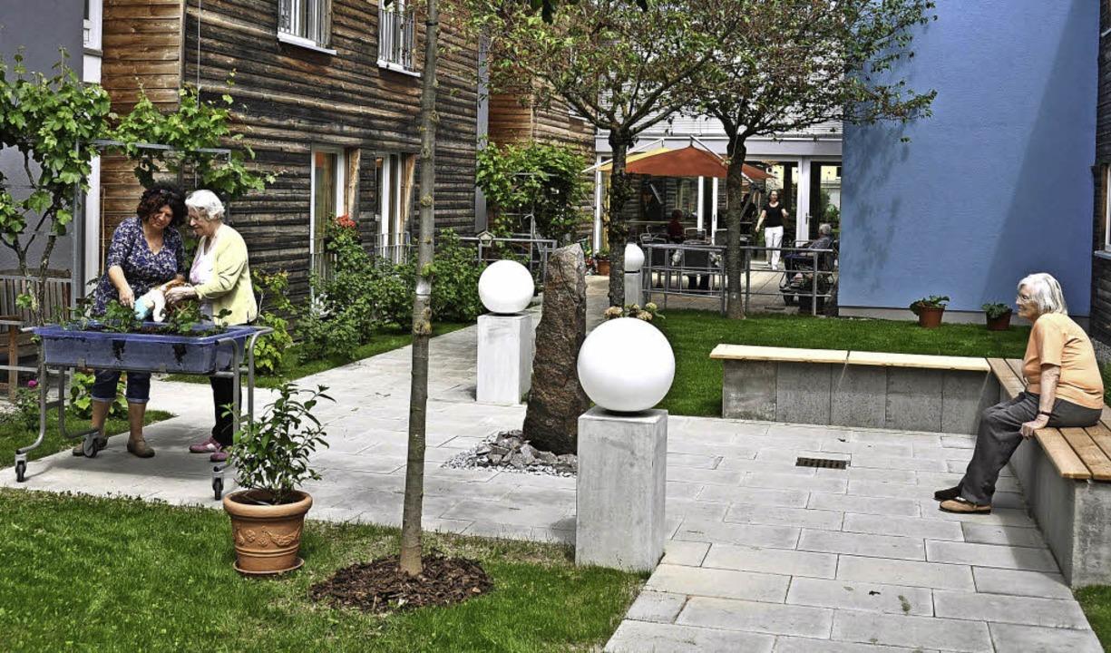 Der Garten der Erinnerung in einem der...ten Bewohnerinnen und Bewohner wecken.  | Foto: Kai Kricheldorff