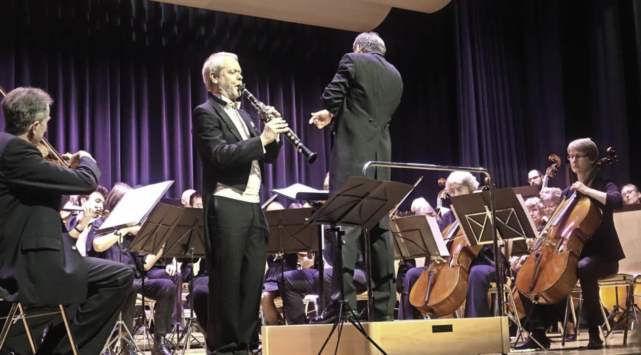Der Klarinetten-Solist David Glenn und...nieorchester unter Stephan Malluschke     Foto: Roswitha Frey