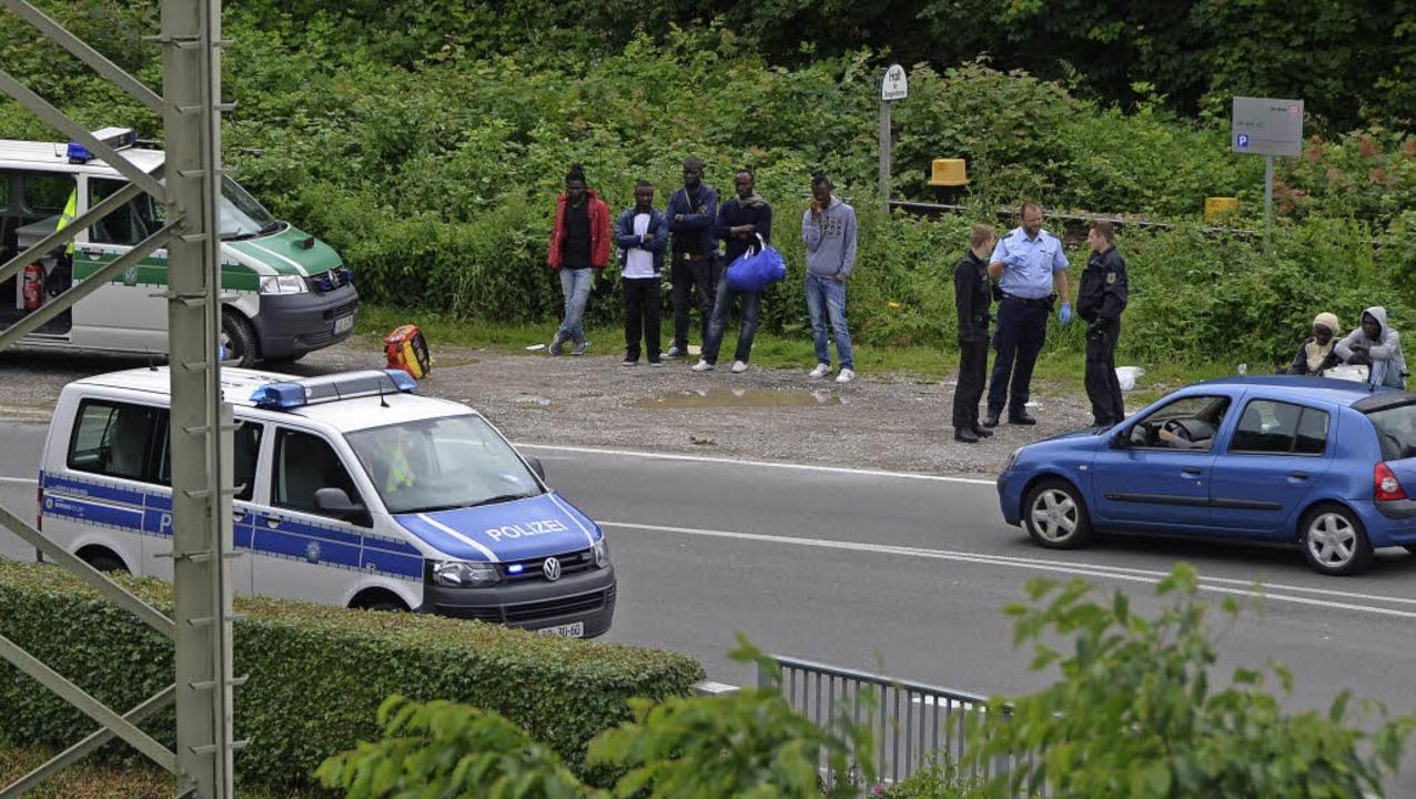 Zahlreiche Schwarzafrikaner hat die Bu...ontag an der B3 in Gewahrsam genommen.  | Foto: Senf