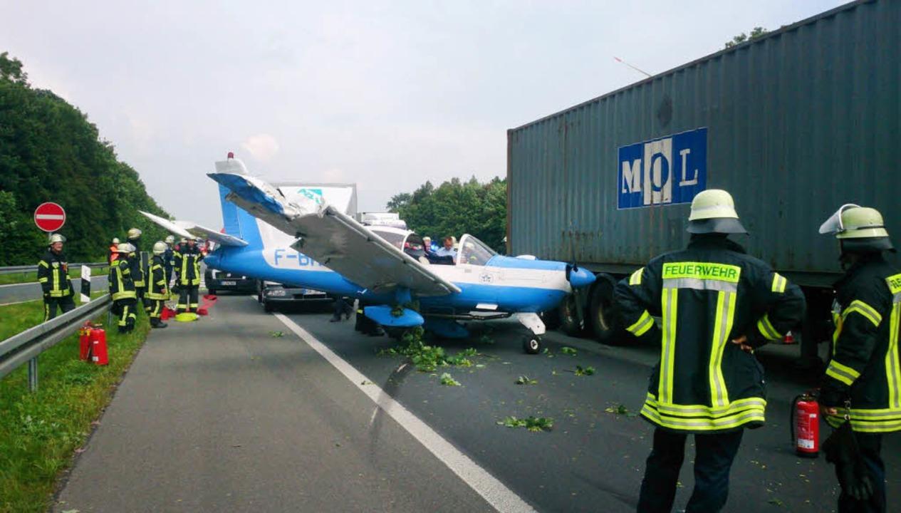 Notlandung auf der Autobahn in Ostwestfalen.  | Foto: dpa