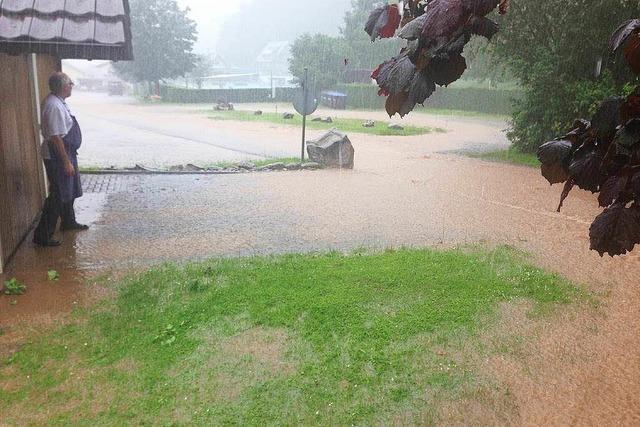 Starkregen spült Wasser in Glottertäler Keller