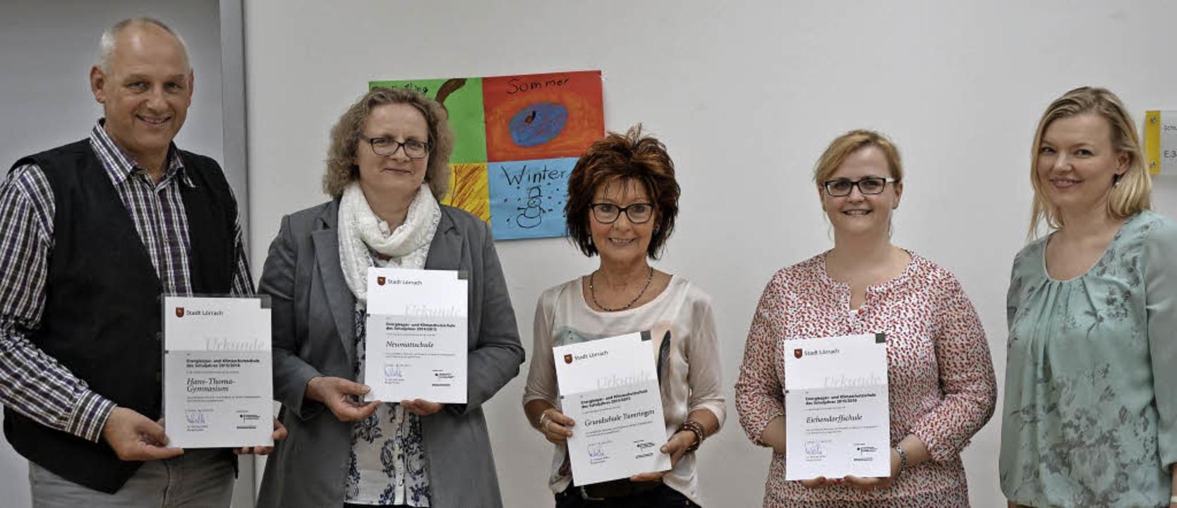 Leiterinnen und Leiter der ausgezeichn...und Klimaschutzschulen Stadt Lörrach.   | Foto: zvg