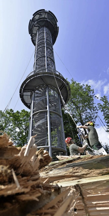 Der Schlossbergturm wird mit Stahl saniert - Freiburg ...