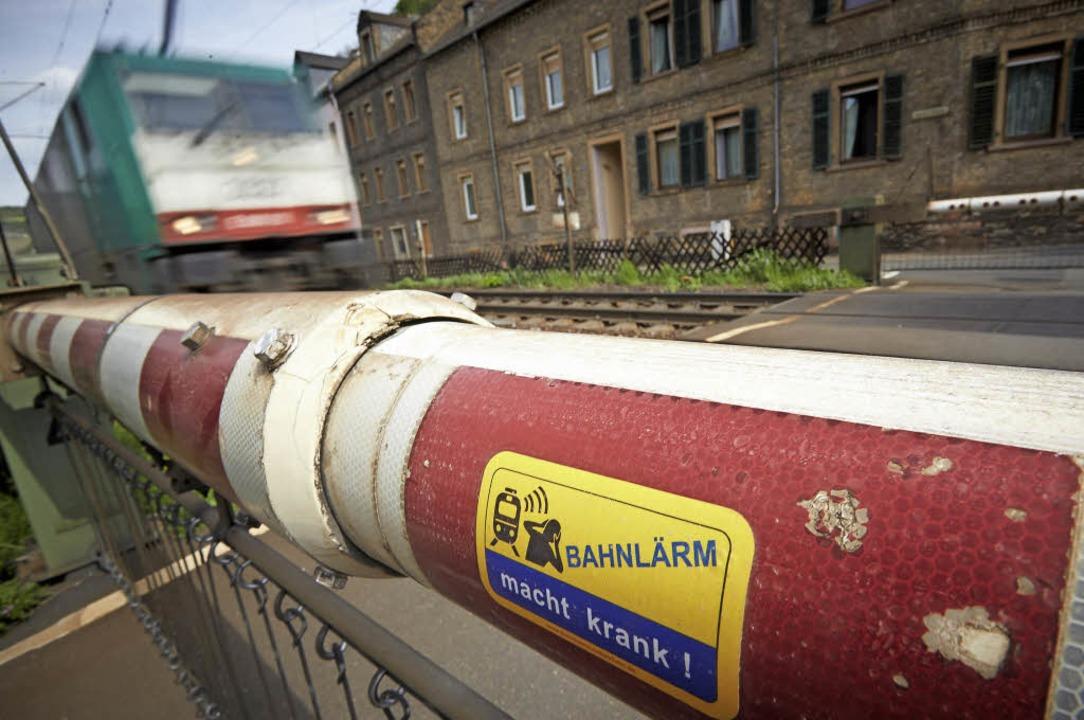 Ein Zug rauscht durch ein Wohnviertel – und macht ordentlich Lärm.   | Foto: dpa