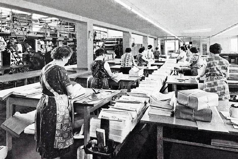 In Kittelschürzen:Im Vertrieb war viel Handarbeit notwendig, um die Zeitungen auf den Weg zu bringen. (Foto: BZ)