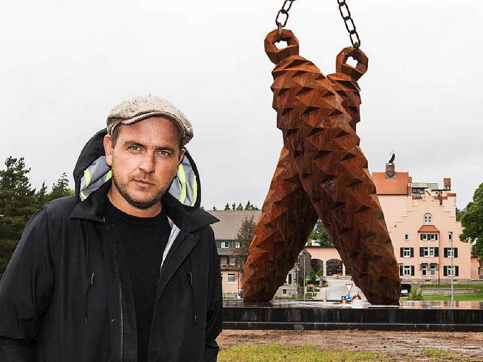 Stefan Strumbel vor seinem neuen Kunstwerk in Rothaus    Foto: dpa
