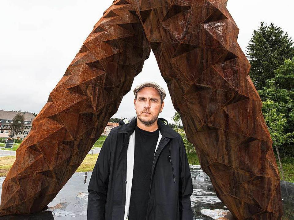 Stefan Strumbel vor seinem neuen Kunstwerk in Rothaus  | Foto: dpa