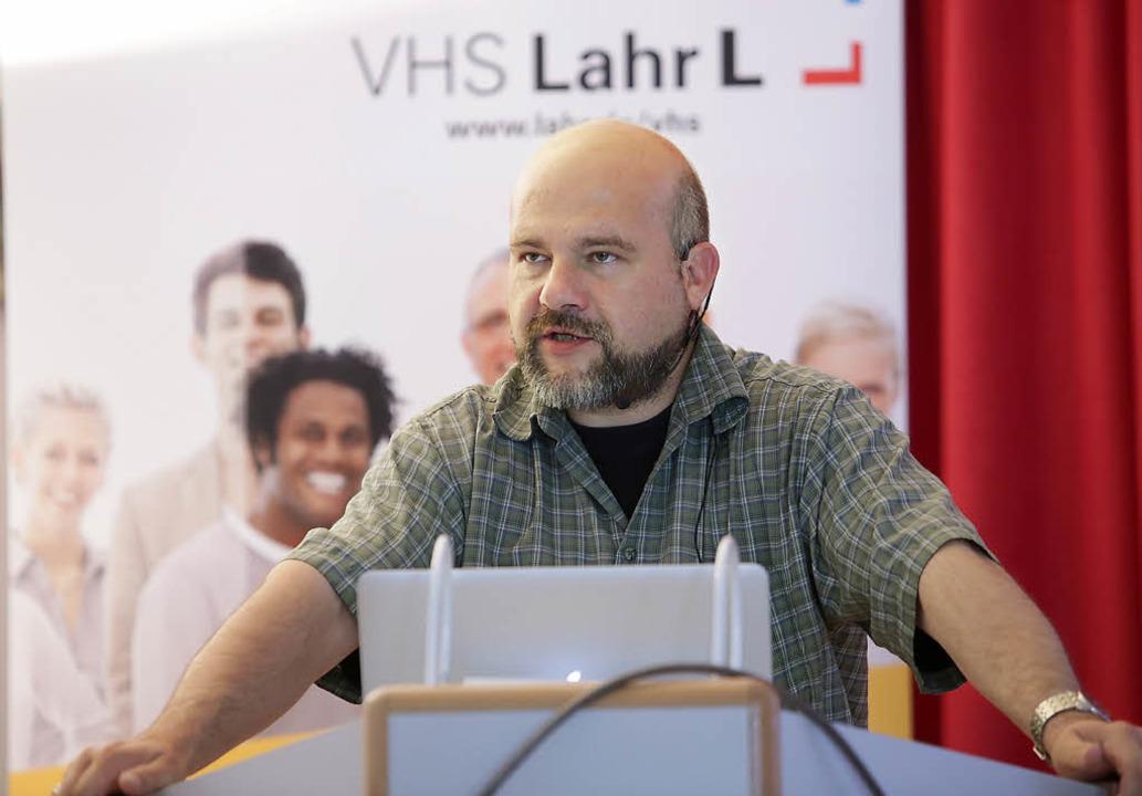 Matthias Hofmann in der Lahrer  Volkshochschule    | Foto: Christoph Breithaupt