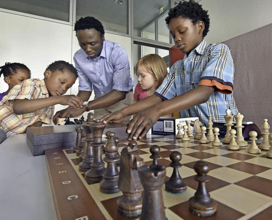 Alexander Oguguo (Mitte) hat eine neue Jugend-Schachgruppe gegründet.   | Foto: Michael Bamberger