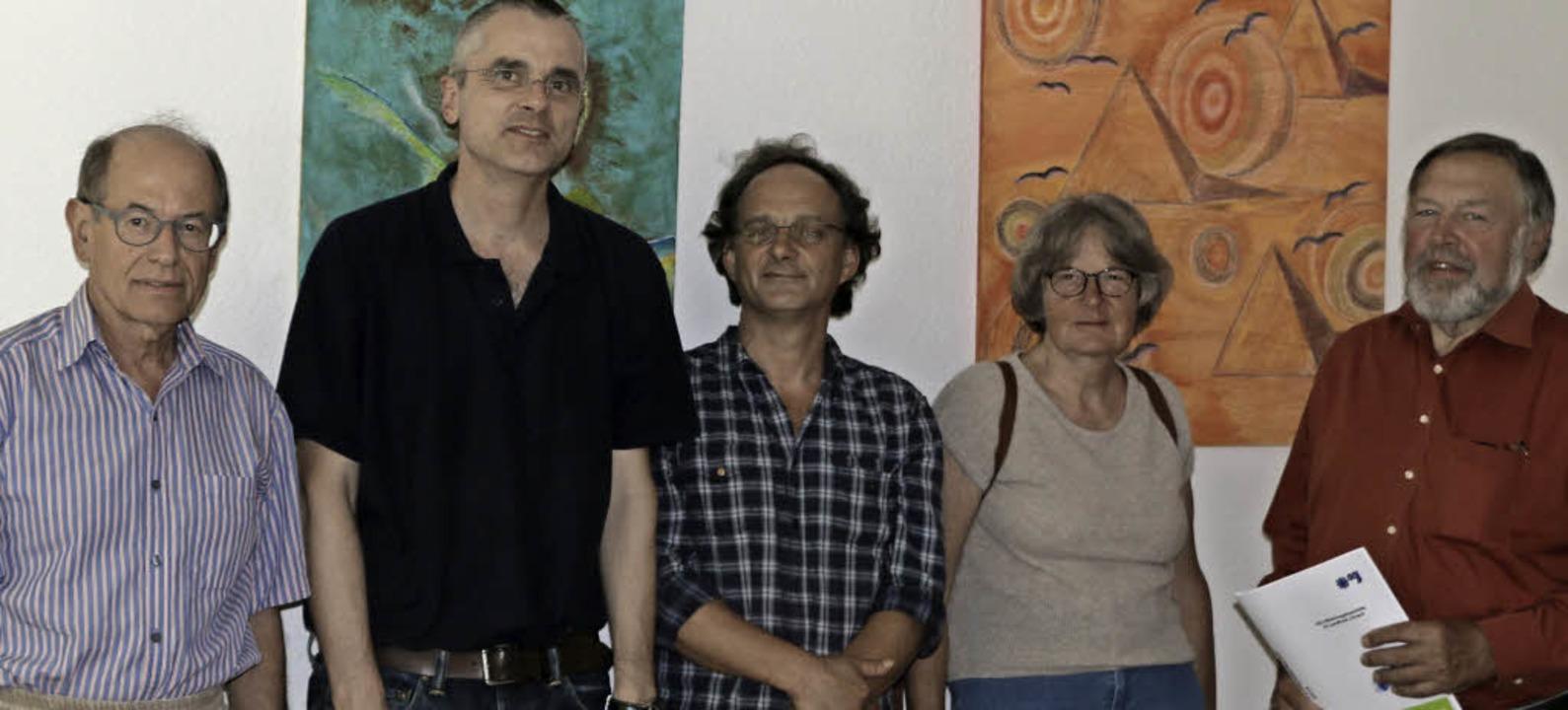 Michael Heinz (AGJ) und Sozialarbeiter...g Knopf (von links) Rede und Antwort.   | Foto: Privat