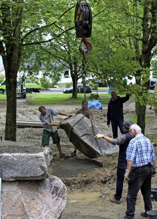 Zwölf schwere Granitblöcke werden auf dem  Tunibergspielplatz verbaut.   | Foto: Schöneberg