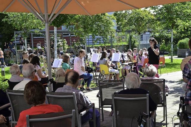 Schüler musizieren für Senioren