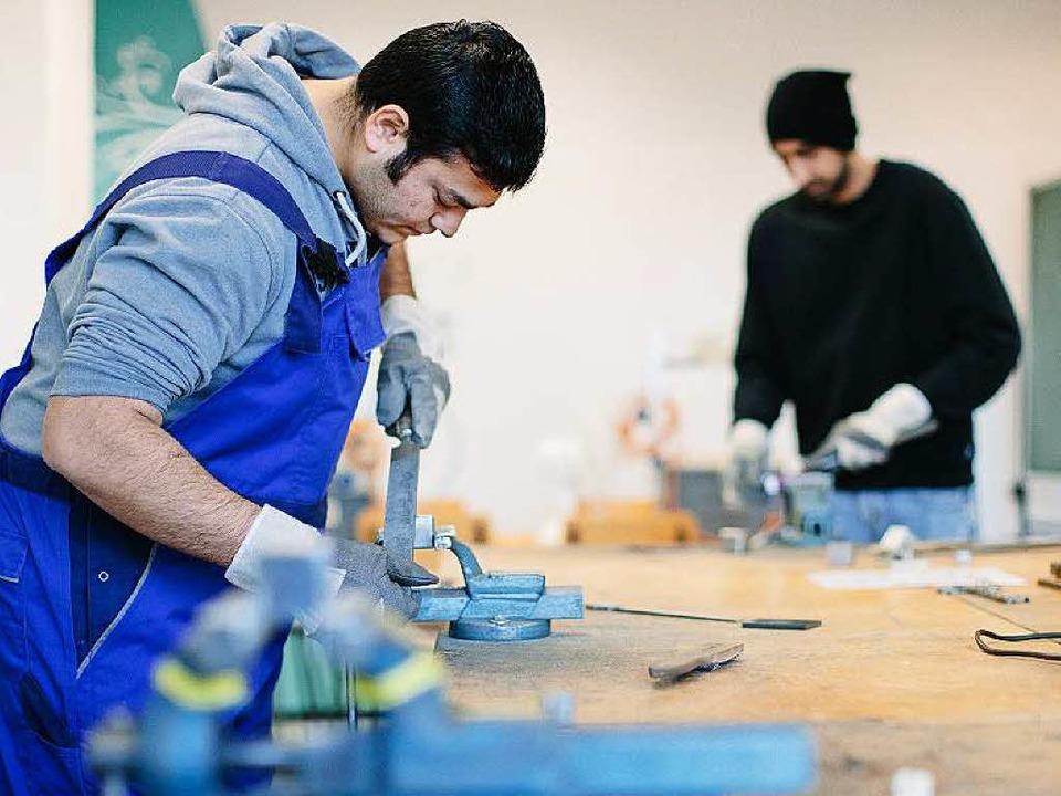 Viel Arbeit  gibt es für Flüchtlinge – und für die Deutschen.  | Foto: dpa