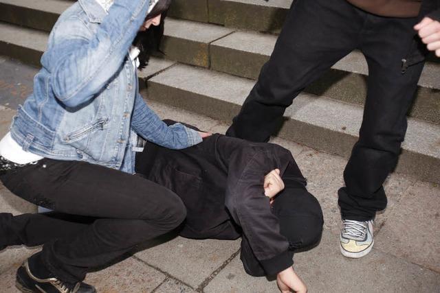 Attacke gegen Flüchtling: Acht junge Männer angeklagt