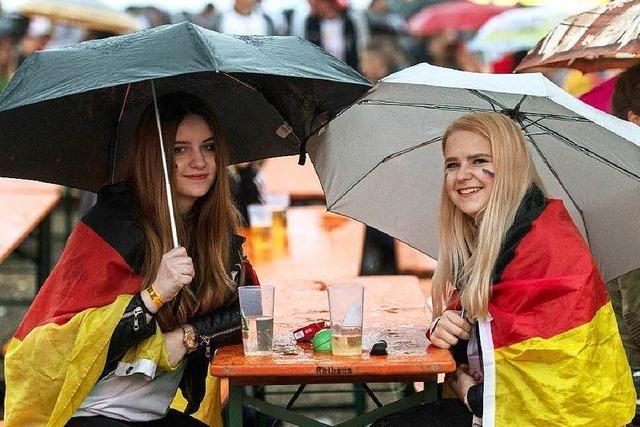 Wie war's beim... verregneten Public Viewing in Freiburg?