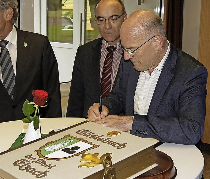 Landesverkehrsminister Winfried Herman...ch im Goldenen Buch der Stadt Elzach.   | Foto: Roland Gutjahr