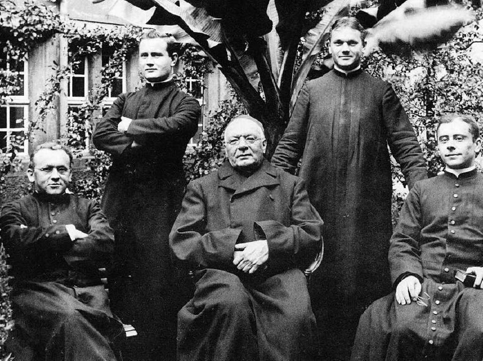 Männer in Schwarz: Hansjakob (Mitte) im Kreis seiner vier Kaplane  | Foto: -