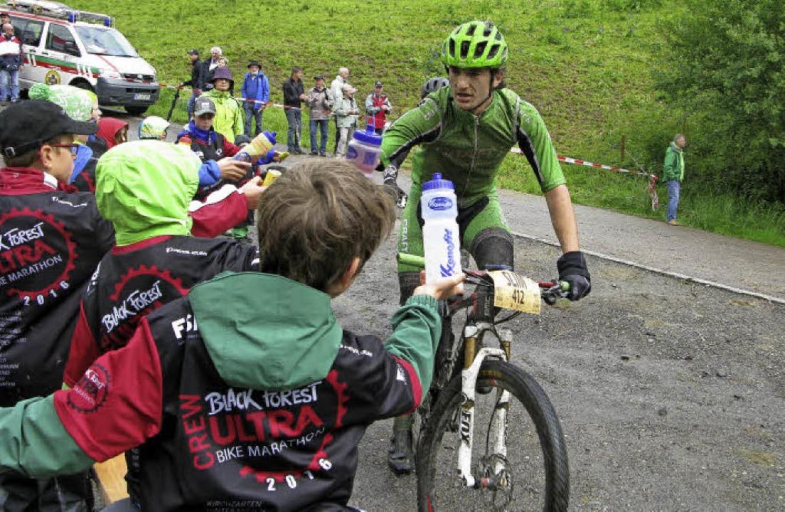 Kinder reichen den Sportlern in Bernau Getränke.     Foto: Ulrike Spiegelhalter