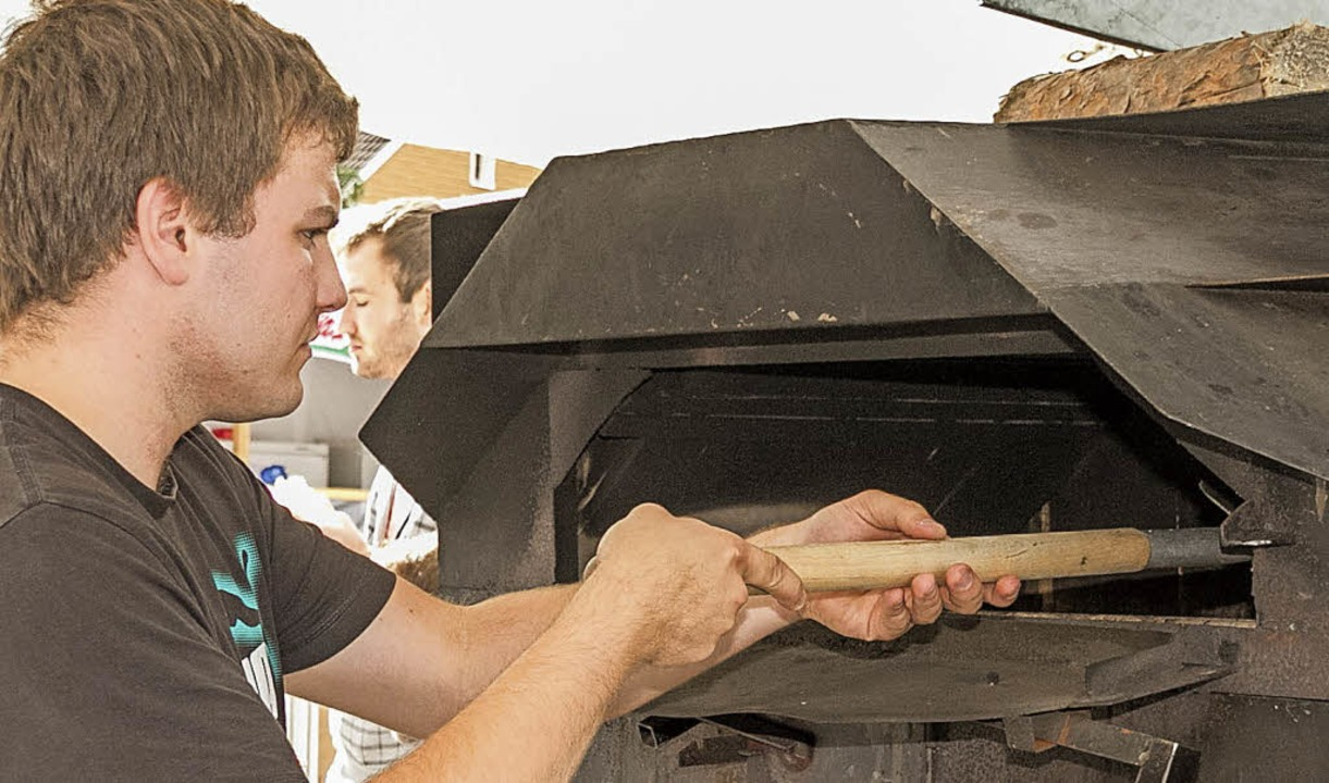Original Elsässischer Flammkuchen im Z...nde, am Ofen Antoine Linder in Aktion.  | Foto: Chris Seifried