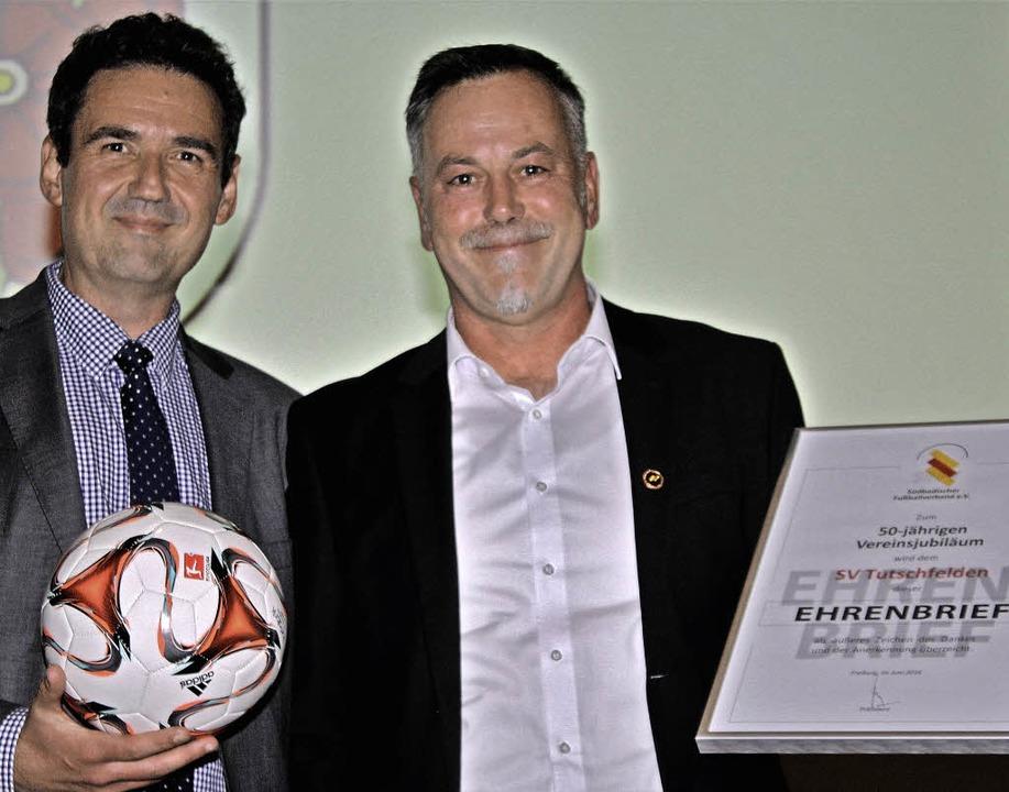 Arno Reger (links) vom Südbadischen Fu...orsitzenden Toews zur langen Amtszeit.    Foto: Werner Schnabl