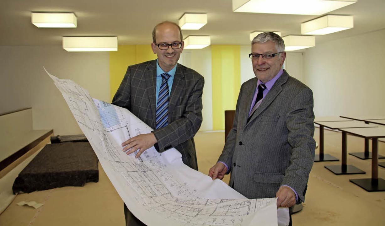 Heimleiter Helmut Matt (links) und Bür...er  Hotel-Atmosphäre gegessen werden.     Foto: Falke