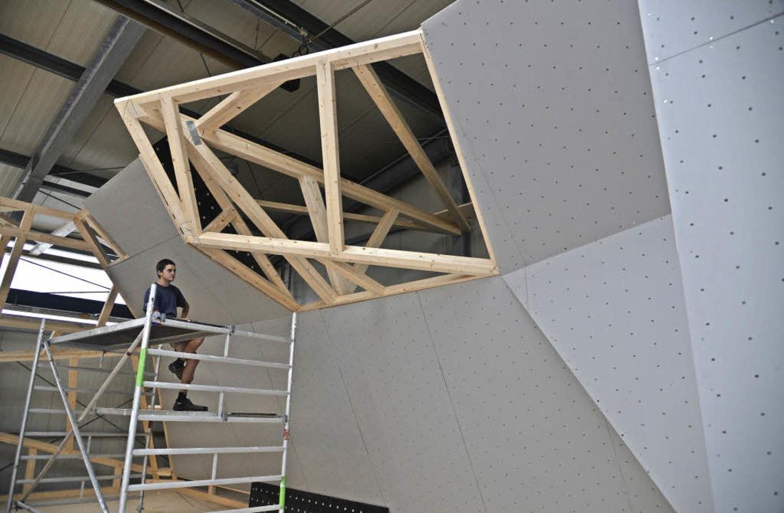 Die 3-D-Kletterlandschaft wird gerade aus  Holz errichtet.    Foto: Martin Eckert