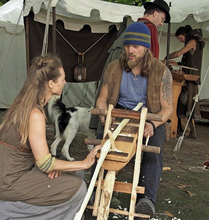 Handwerker zeigten ihre Kunst, hier ein Bogenmacher.    Foto: Burkhardt