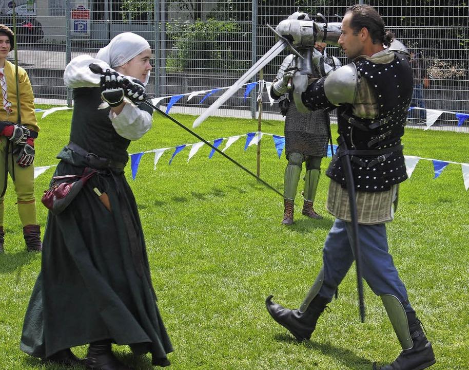 Schwertkämpfe gehören zu jedem anständigen Mittelalterfest dazu.    Foto: Boris Burkhardt
