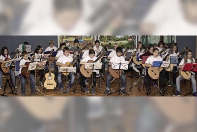 Gino Gitarrino – eine musikalische Erzählung von Halef Krug. Gitarrenensembleder Musikschule in Waldshut-Tiengen