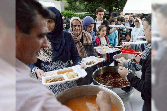 300 Flüchtlinge folgen der Einladung der türkischen DITIB-Gemeinde zum Fastenbrechen