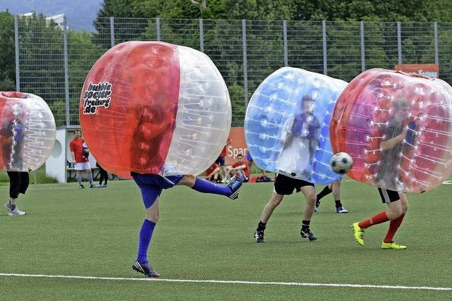 Firmenteams messen sich bei Bubble-Soccer-Benefiz-Turnier