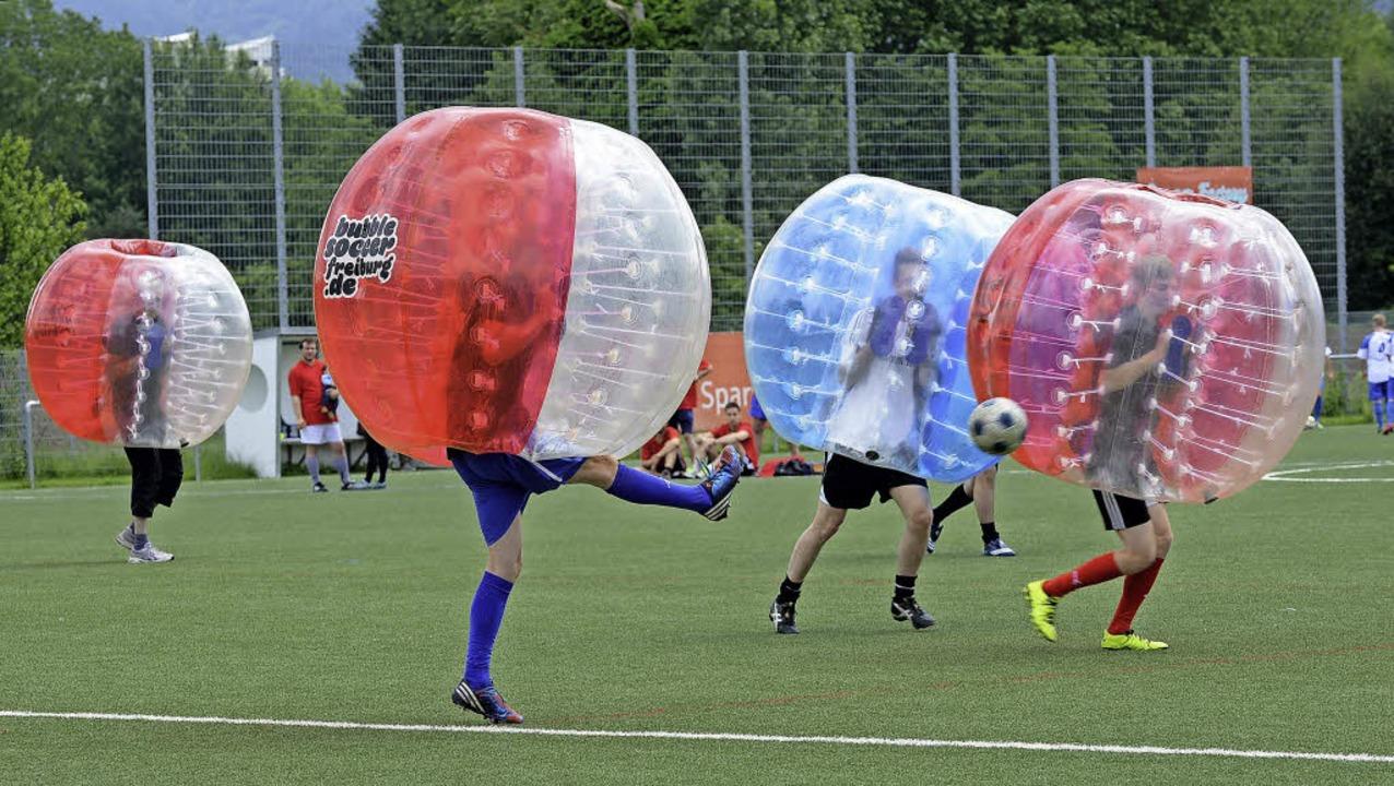 Eine lustige Fußball-Variante: Bubble Soccer  | Foto: rita eggstein