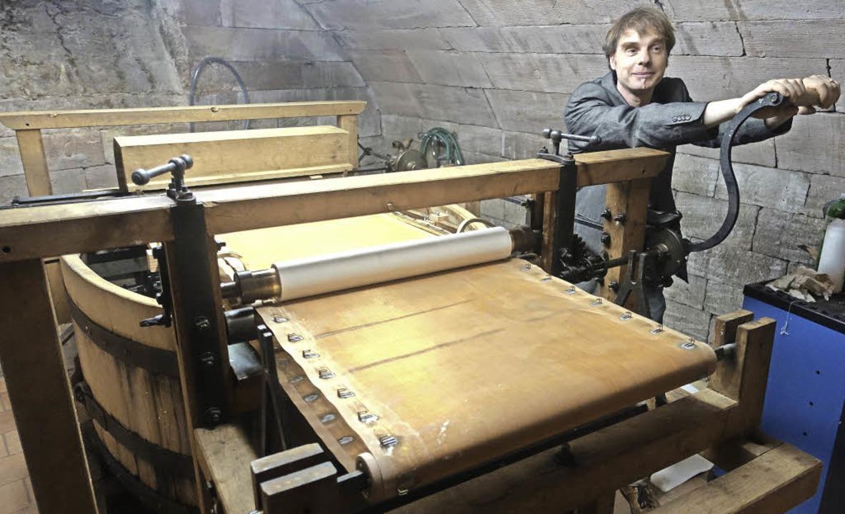 Martin Kluge kurbelt an der originalge...nachgebauten Papiermaschine von 1799.   | Foto: Roswitha Frey