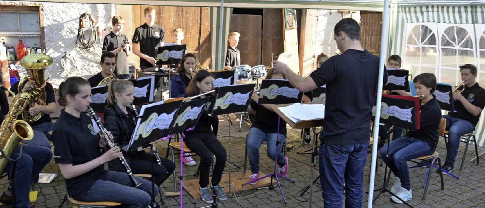 Platzkonzertpremiere des Jugendorchest...tmals unter freiem Himmel ihr Können.     Foto: Marco Schopferer