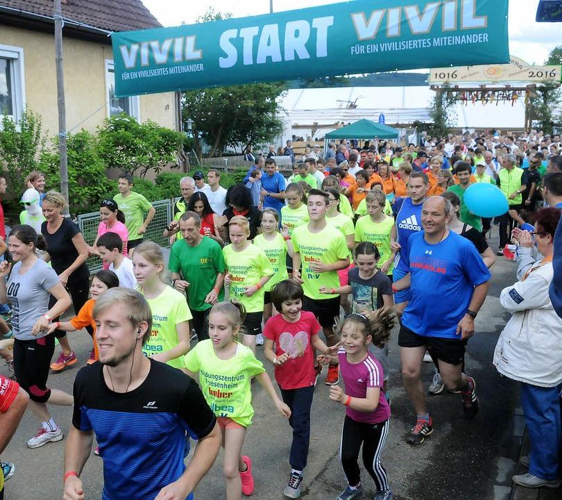 Mehr als 600 Läufer waren beim Benefiz...000-Jahr-Feier an den Start gegangen.     Foto: Wolfgang Künstle