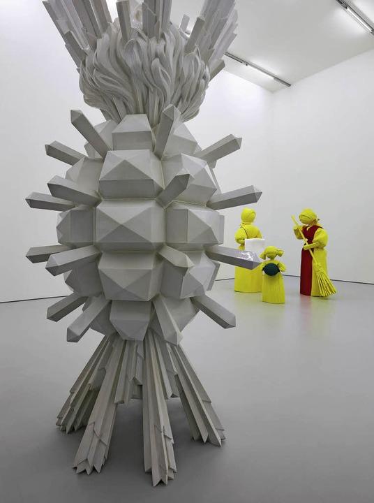 Blick in die Ausstellung mit den Werke...chkarow (vorn) und Katharina Fritsch.   | Foto: Tom bisig