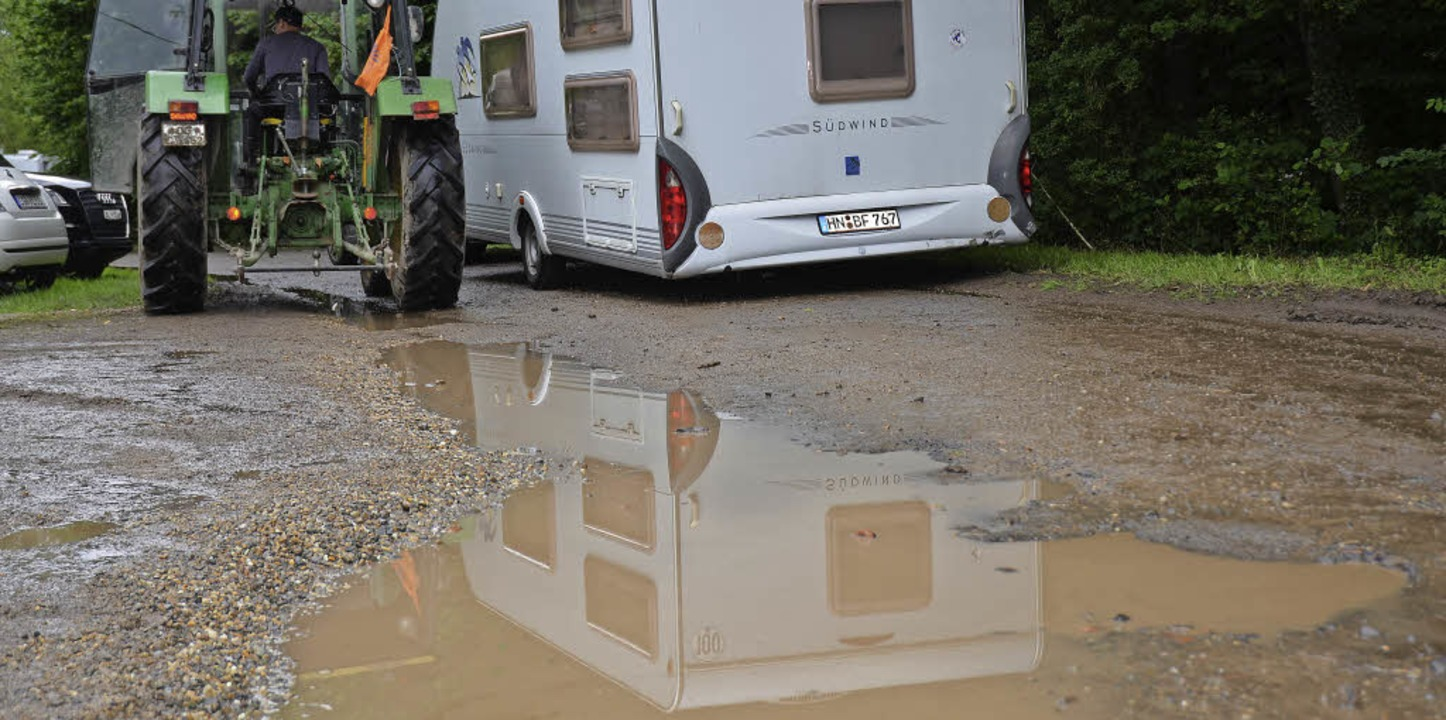 Wohl dem, der einen Traktor hat: Die I...Seenplatte behinderte An- und Abreise.    Foto: Wolfram Köhli