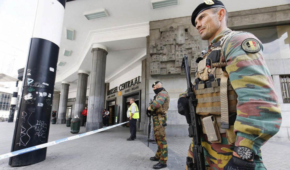 Belgische Soldaten bewachen den Brüssler Hauptbahnhof.  | Foto: dpa