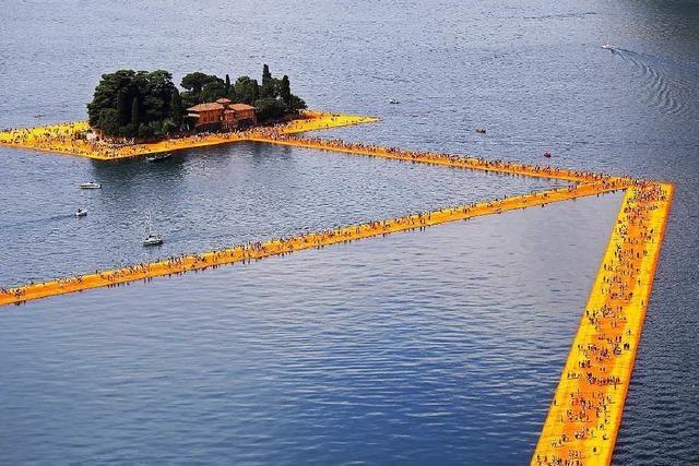 Floating Piers: Christo lässt Menschen übers Wasser gehen